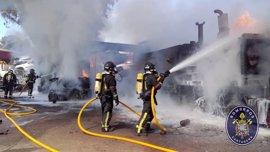 Bomberos de Cartagena emplean 4 horas en extinguir un incendio en un desguace de la carretera de Cuesta Blanca