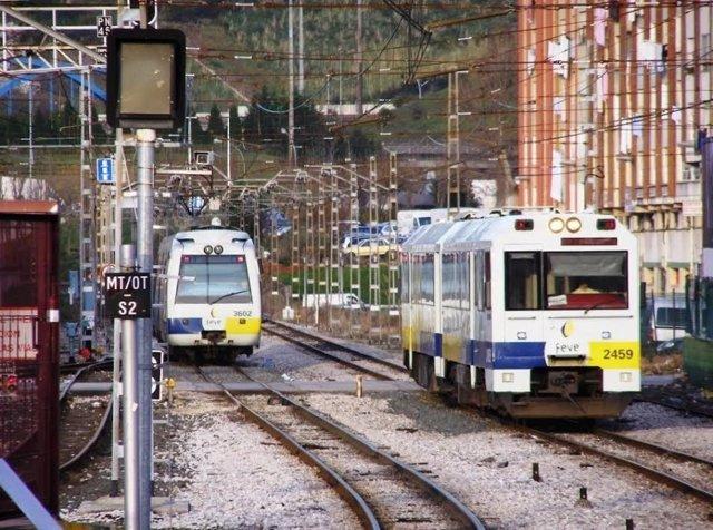 Trenes de cercanías en las vías a su paso por Torrelavega. Renfe. Fefe.
