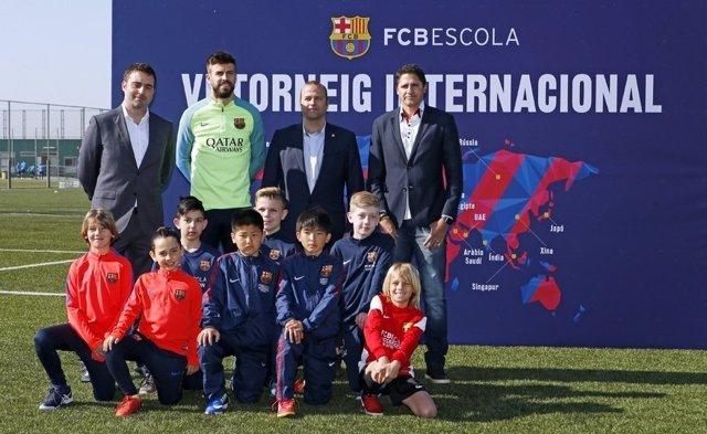 Piqué y Edmilson en la presentación del Torneo FCBEscoles
