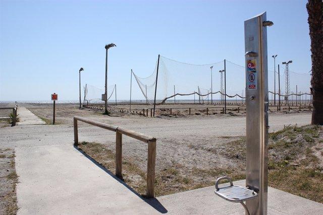 Duchas instaladas en Playa Poniente