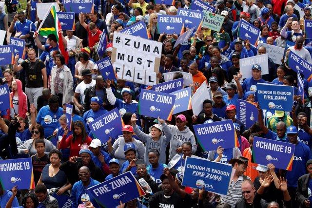 Miles de personas protestan contra el presidente Zuma en Sudáfrica
