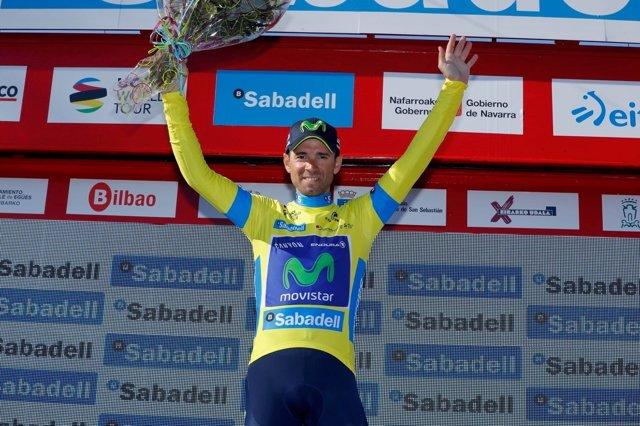 Valverde con el maillot amarillo de líder