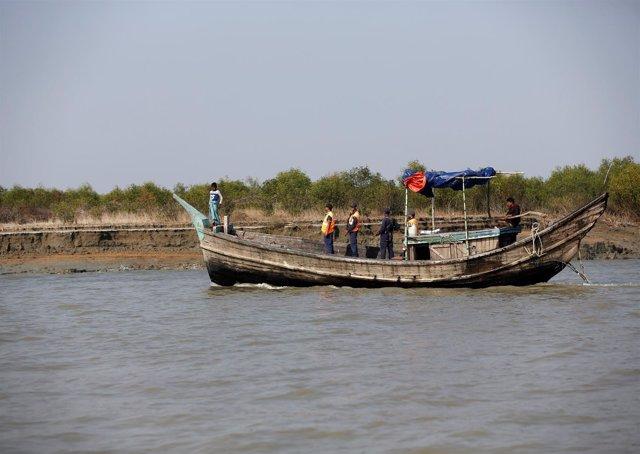 Un barco de la guarda costera de Bangladesh