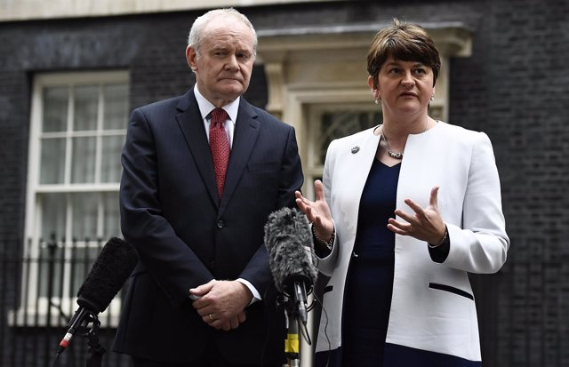 El dirigente del Sinn Fein Martin McGuinness y la unionista Arlene Foster
