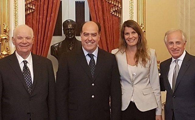 El presidente del Parlamento venezolano, Julio Borges, con senadores de EEUU