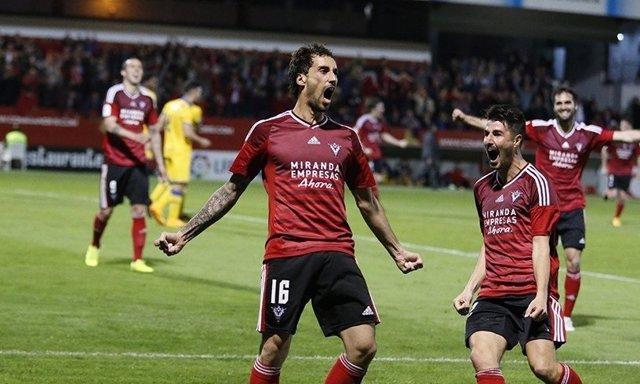 El Mirandés celebra el triunfo en un partido de Segunda ante el Alcorcón