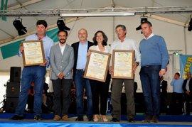 Maribel Peinado recoge el premio a la Diputación de los productores de queso de la Sierra de Cádiz