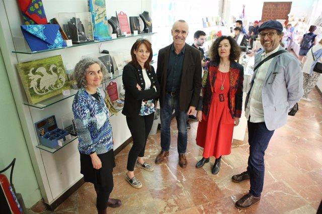 Venta de productos de artesanos de Sevilla en el Real Alcázar