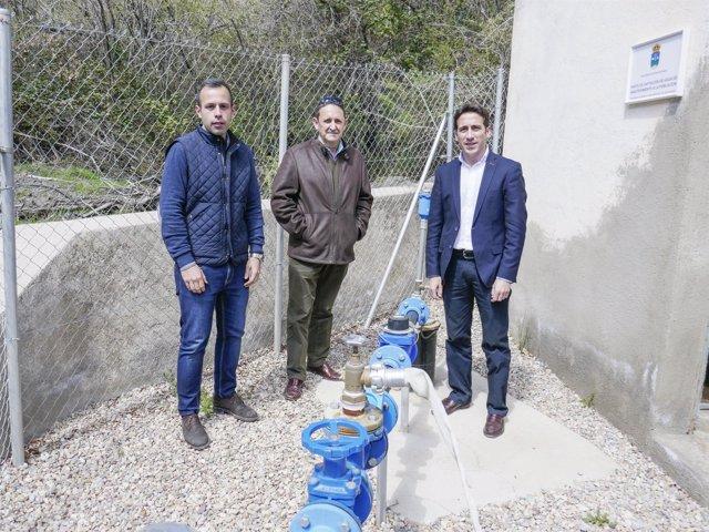 El diputado Óscar Liria visitando el nuevo sondeo y la planta potabilizadora.
