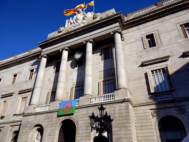 Bandera romaní en el Ayuntamiento de Barcelona