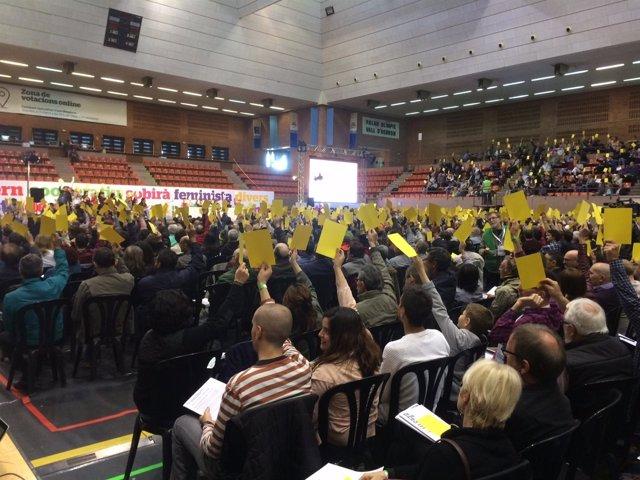 Votación en la asamblea fundacional del nuevo partido de los 'comuns'