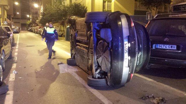 Coche volcado tras sufrir un accidente en Cádiz
