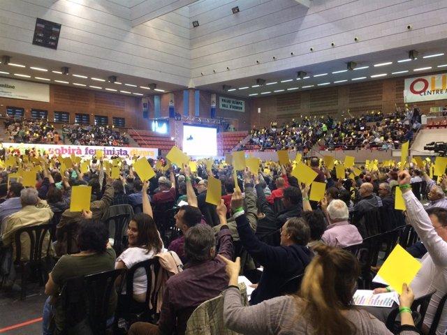 Votación en la asamblea de creación del partido de los 'comuns'