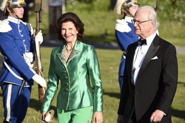 El rey Carlos Gustavo y la reina Silvia llegando a la cena previa a la boda