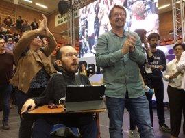 """Echenique (Podemos) llega a la asamblea de los 'comuns' a grito de """"unidad"""""""