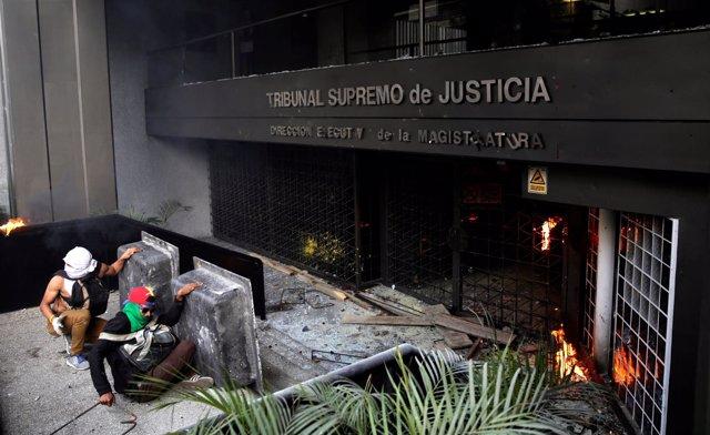 Manifestantes atacan la sede de la Magistratura de Caracas durante las protestas