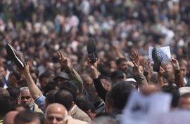 Miles de funcionarios protestan en Gaza para protestar los recortes salariales de la Autoridad Palestina