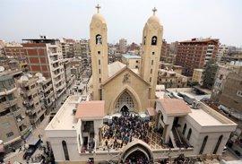 Dos atentados suicidas contra iglesias coptas de Egipto dejan 45 muertos antes de la visita del Papa