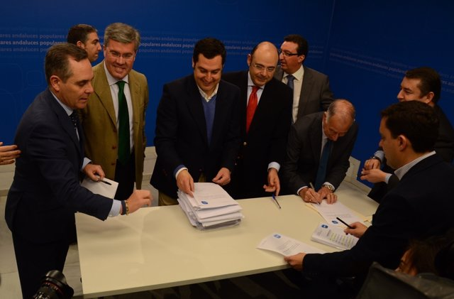 Moreno rodeado de los presidentes provinciales del PP-A