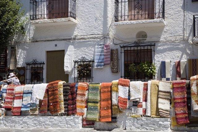 Pampaneira (Granada). Venta de artesanía típica en la plaza de la iglesia.