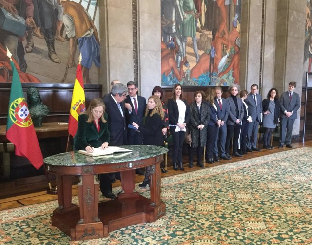 Ana Pastor firma en el libro de Honor de la Asamblea Nacional de Portugal