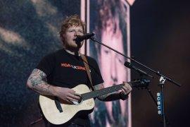 Así fue el concierto en Madrid de Ed Sheeran, que acabó cantando con una camiseta y una bandera de España