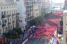Una marea de 15.000 corredoras tiñe València de rosa