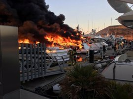 Extinguido el incendio de cinco embarcaciones en el Puerto de Sant Adrià del Besòs