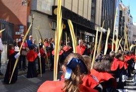 Miles de personas arropan a 'La Borriquilla' a su paso por las calles de Valladolid