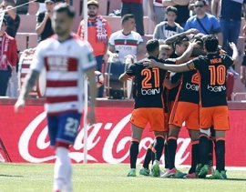 El Valencia ahonda la herida del Granada y culmina su semana fantástica