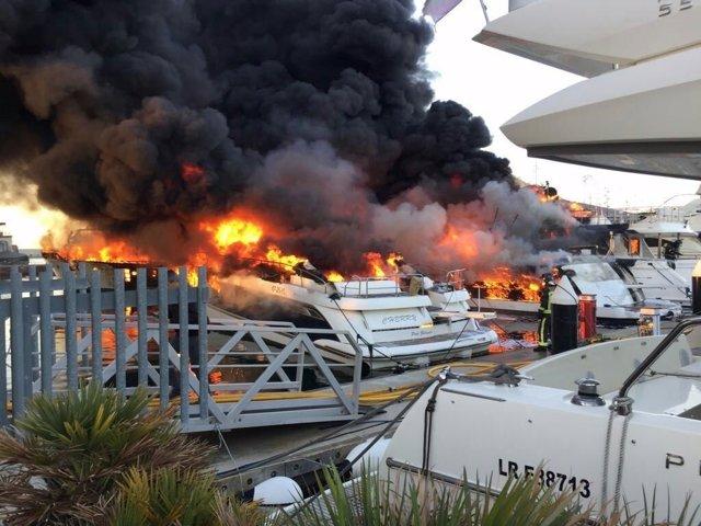 Incendio en embarcaciones del Puerto de Sant Adrià del Besòs (Barcelona)