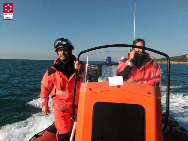 Los bomberos de Castellón mantienen la embarcación en el puerto
