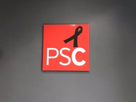 El PSC coloca un crespón negro en su sede por Carme Chacón y abrirá un libro de condolencias