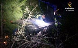 Rescatadas dos mujeres de un vehículo que quedó oculto tras un accidente