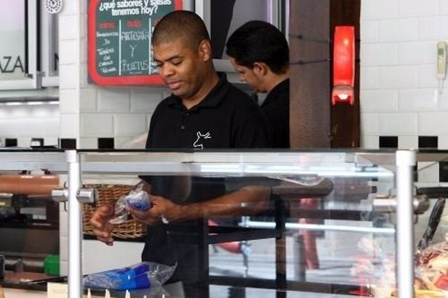 Un trabajador extranjero en su puesto de trabajo