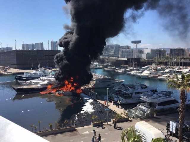 Incendio en el Puerto del Fòrum de Sant Adrià del Besòs (Barcelona)