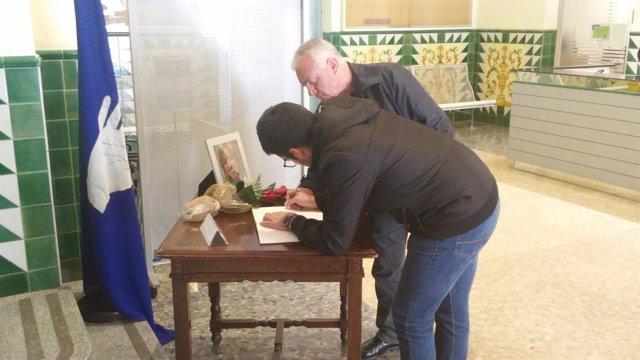 Vecinos de Esplugues recuerdan con pesar la figura de Carme Chacón