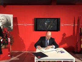 Luis de Guindos firma en la sede del PSC el libro de condolencias por la muerte de Carme Chacón