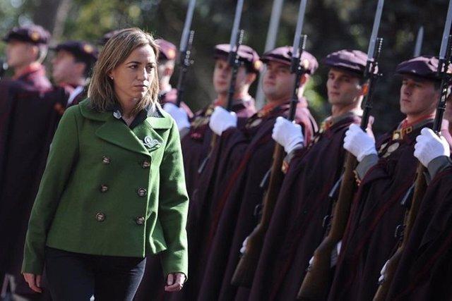 Chacón, la primera mujer que pasó revista a las tropas