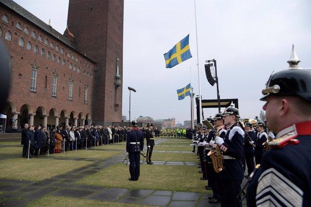 Minuto de silencio frente al Ayuntamiento de Estocolmo por víctimas del atentado