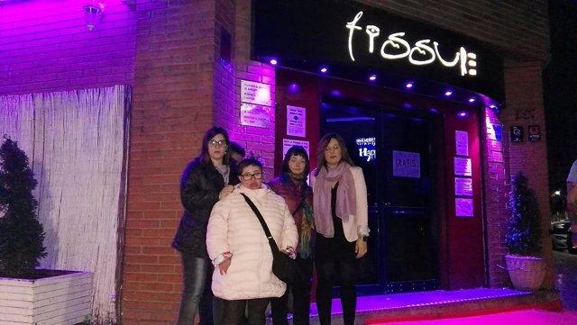 Grupo de jóvenes ante el pub de Lleida
