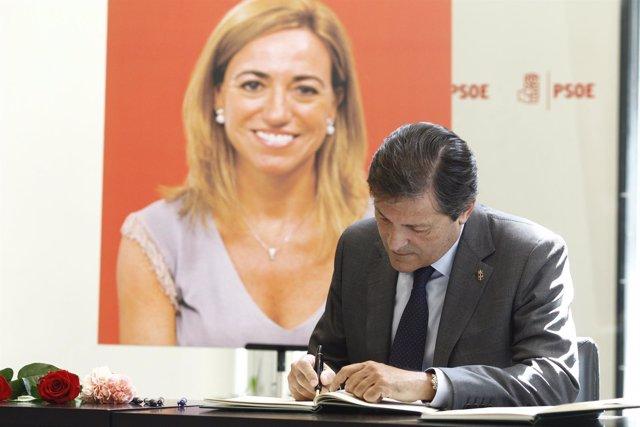 Javier Fernández firma en el libro de condolencias en la capilla ardiente