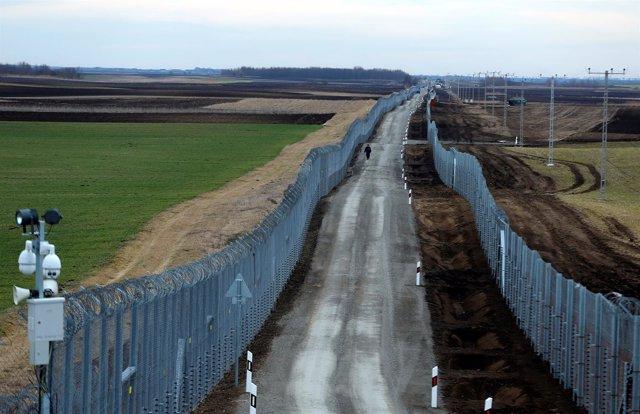 Valla entre las fronteras de Hungría y Serbia