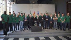 Susana Díaz recibe a la plantilla y directiva del Unicaja de Baloncesto