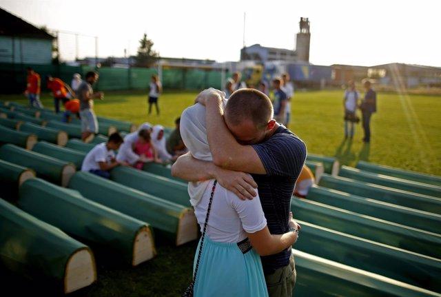 Una pareja de bosnios en el funeral conjunto por las víctimas de Prijedor