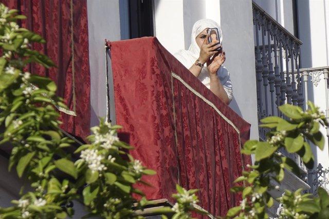 Turista Fotografiando La Semana Santa