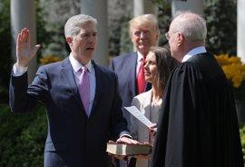 Gorsuch toma posesión como juez del Supremo ante un exultante Trump