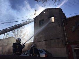 Bomberos de la Comunidad extinguen un aparatoso incendio en un edificio abandonado de Pozuelo