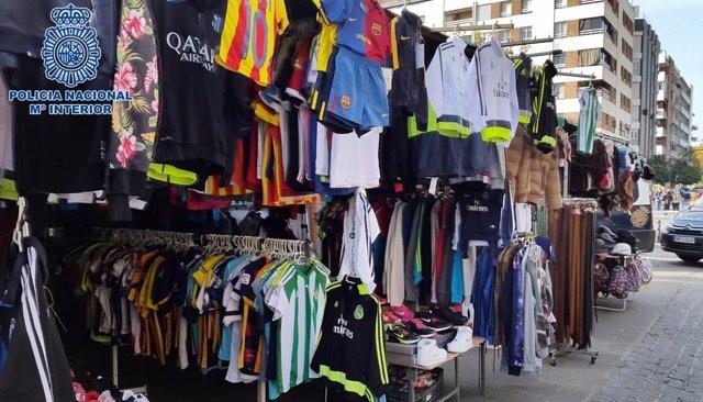 Camisetas intervenidas en el mercadillo de Paseo de la Victoria