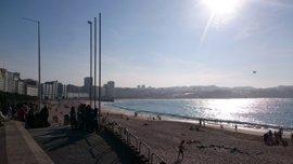 Buscan a un bañista de unos 16 años desaparecido en la playa del Orzán, en A Coruña
